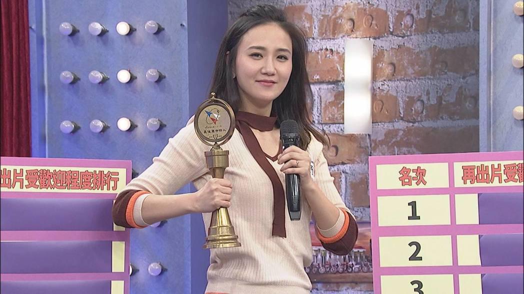 何妤玟當年被國防部獲頒「軍中情人」獎。圖/中天提供