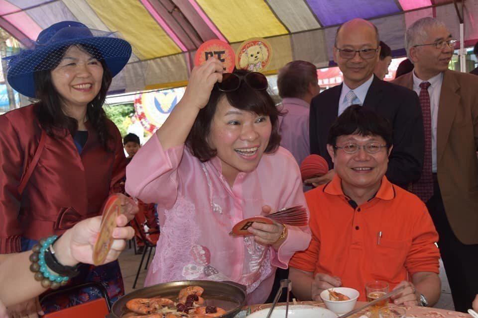 國民黨提名的嘉義市長參選人黃敏惠則勤跑地方行程,緊握每雙手爭取支持,她坦言,這一...