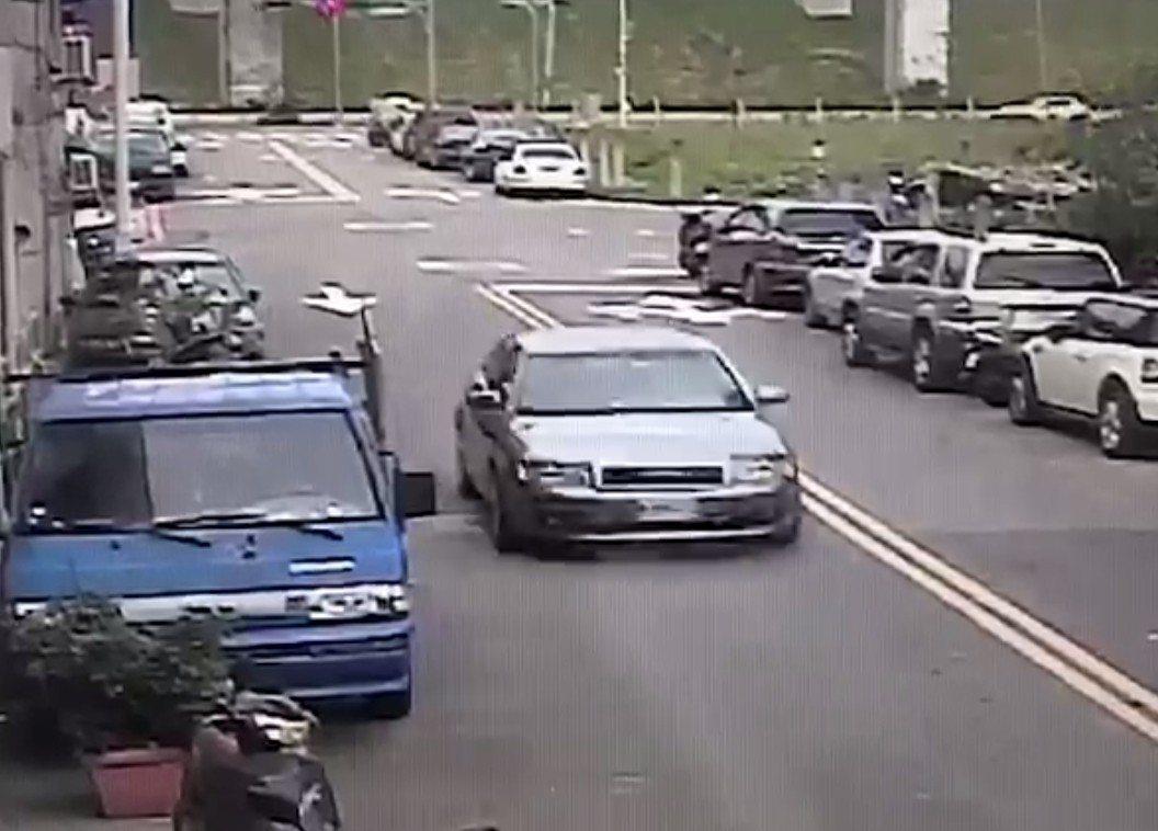 嫌犯乘車前往工地開槍,警方以車追人逮捕2嫌。 記者林昭彰/翻攝