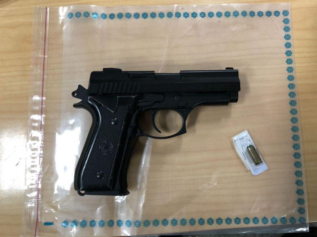 警方查獲道具槍和1枚子彈。 記者林昭彰/翻攝