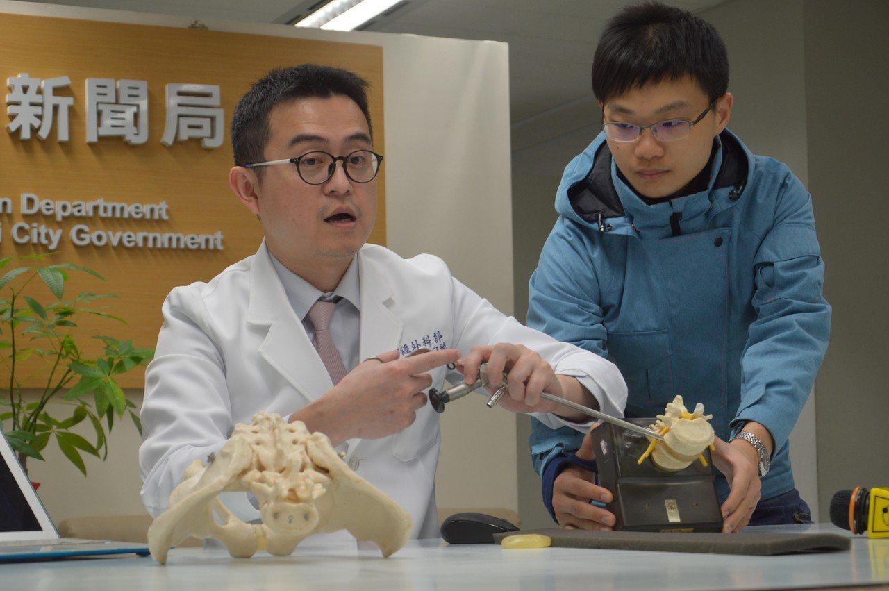 新北市立聯合醫院醫師陳冠毓(左)說明微創脊椎手術治療方式。記者施鴻基/攝影