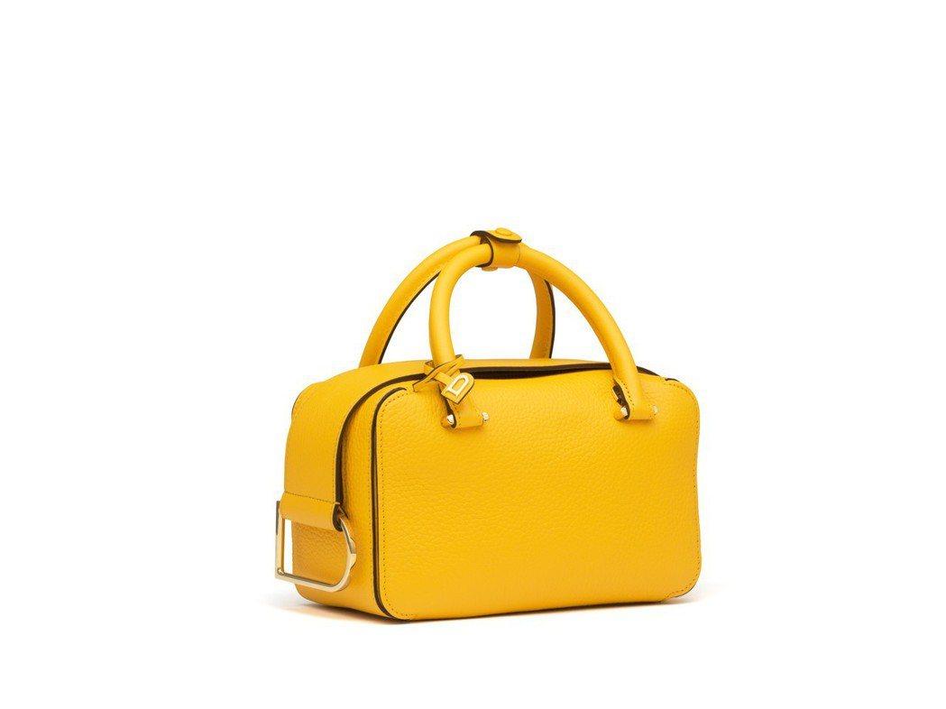 Cool Box系列太陽黃牛皮小型肩背包,售價96,300元。圖/DELVAUX...