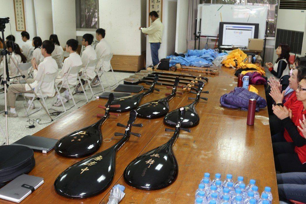 鹿港國中南管社三年前重新開張,也是接收了鹿港國小的舊樂器,又有鹿港高中和文開國小...