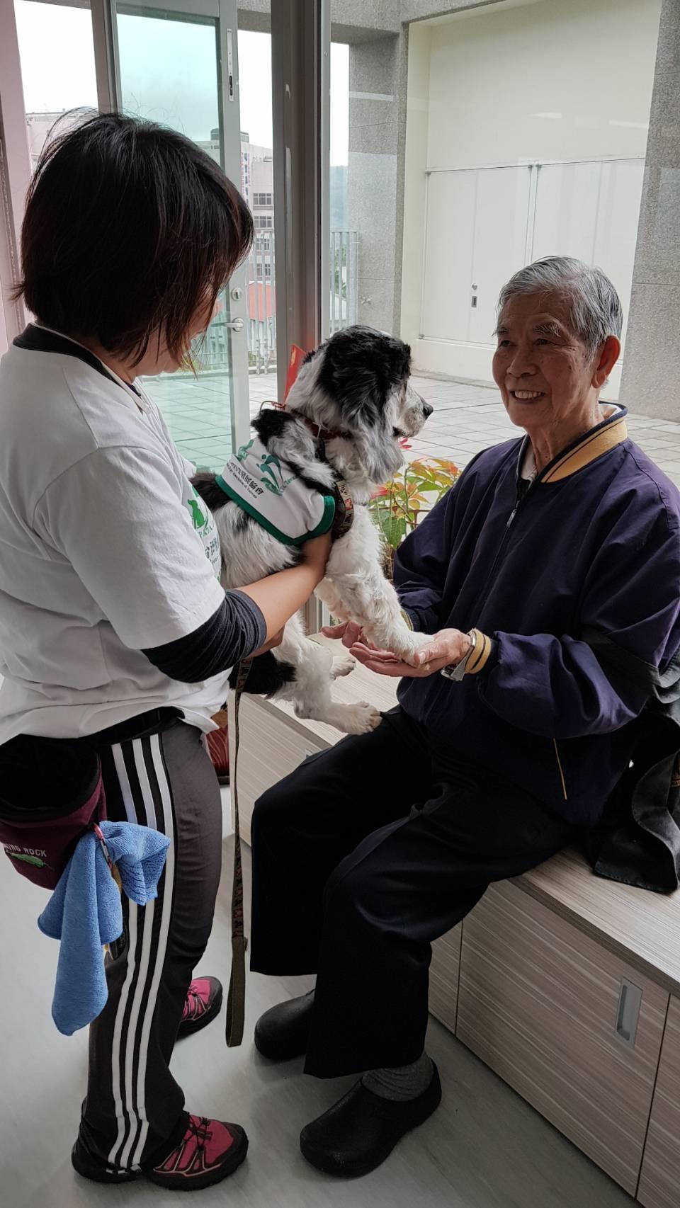 南投縣埔里基督教醫院是協助當地長照的主要院所,今年將開辦「狗醫師伴老」志工訓練。...
