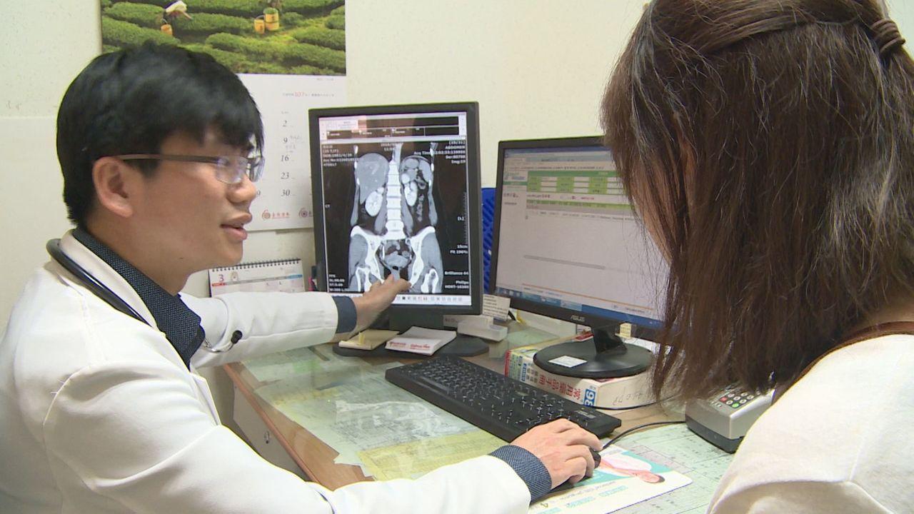 南投醫院腎臟科醫師葉哲廷向病人說明病情。圖/南投醫院提供