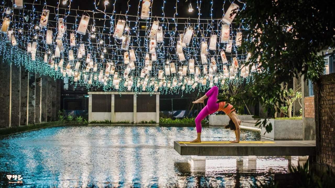 宜蘭中興文創園區「手抄幸福」燈籠水倒影美極了,民眾瘋拍,更有瑜伽老師趕在拆除前拍...