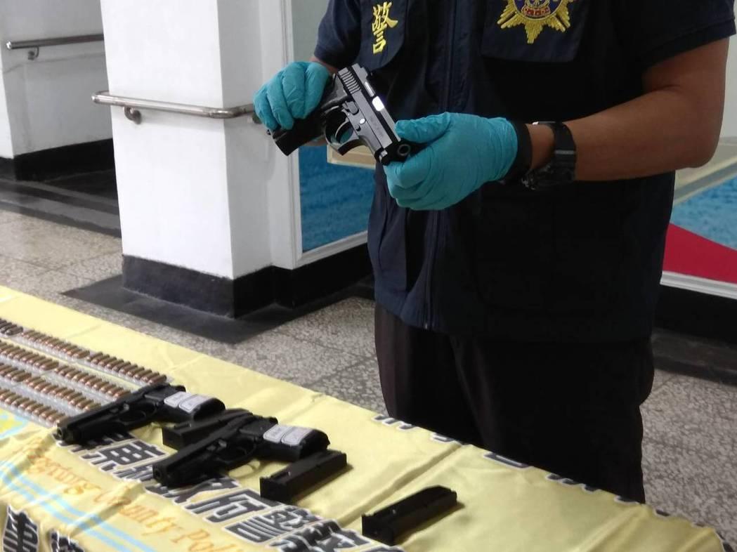 警方查獲巴西金牛座JP915型改造手槍3枝、手槍子彈113顆、步槍子彈1顆、已擊...