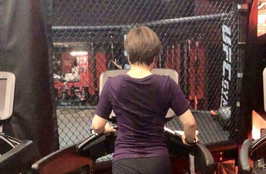 李艷秋的貼文,附上一張她在跑步機上汗流浹背的背影,tag:繼續加油。翻攝李艷秋新...