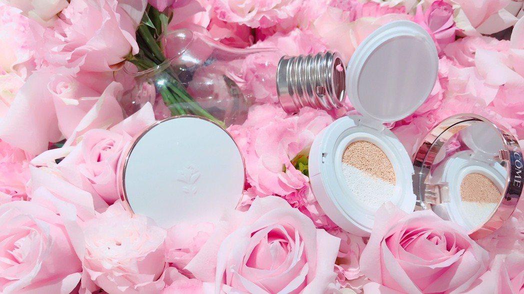 蘭蔻新作「激光煥白裸光氣墊粉餅」,擁有雙色氣墊粉體。記者江佩君/攝影