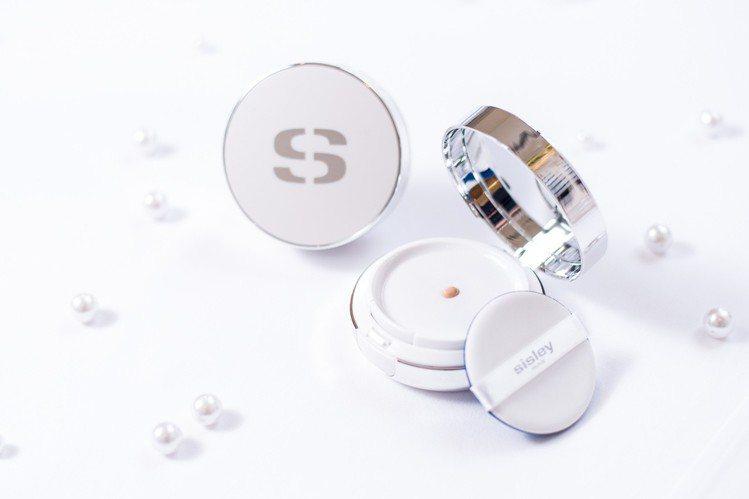 Sisley推出第一款「極致美白粉凝精華」,採用高科技智慧濾孔設計,每次使用都可...