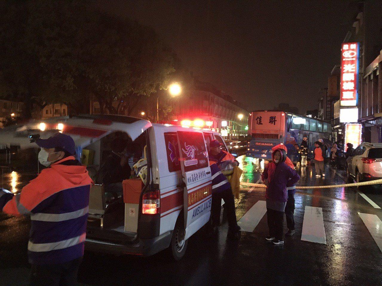 桃園市大溪區今晚19點多發生遊覽車事故,11名乘客受傷,目前送醫治療。記者許政榆...