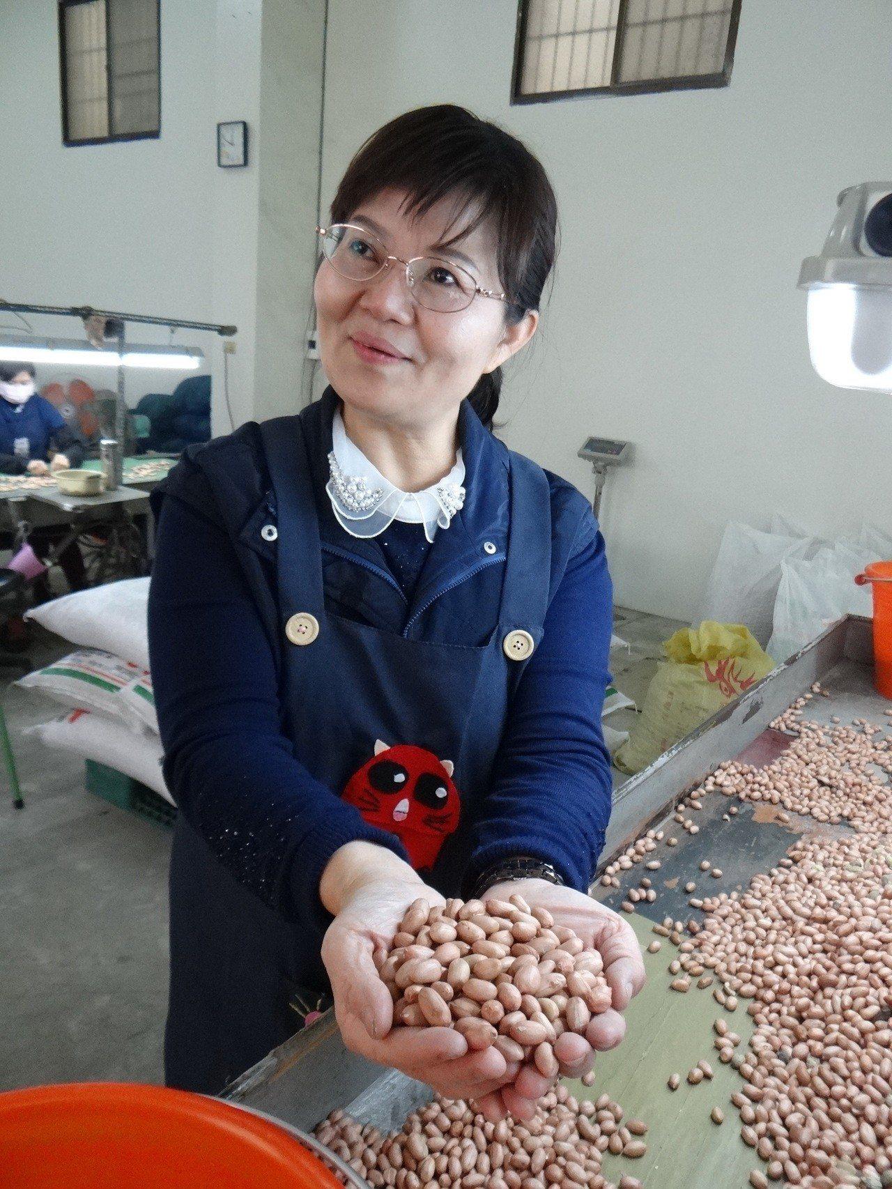 虎尾農會總幹事黃鈺惠一有空就進入工廠當工人,幫忙撿土豆,帶動員工追求嚴格品質。記...