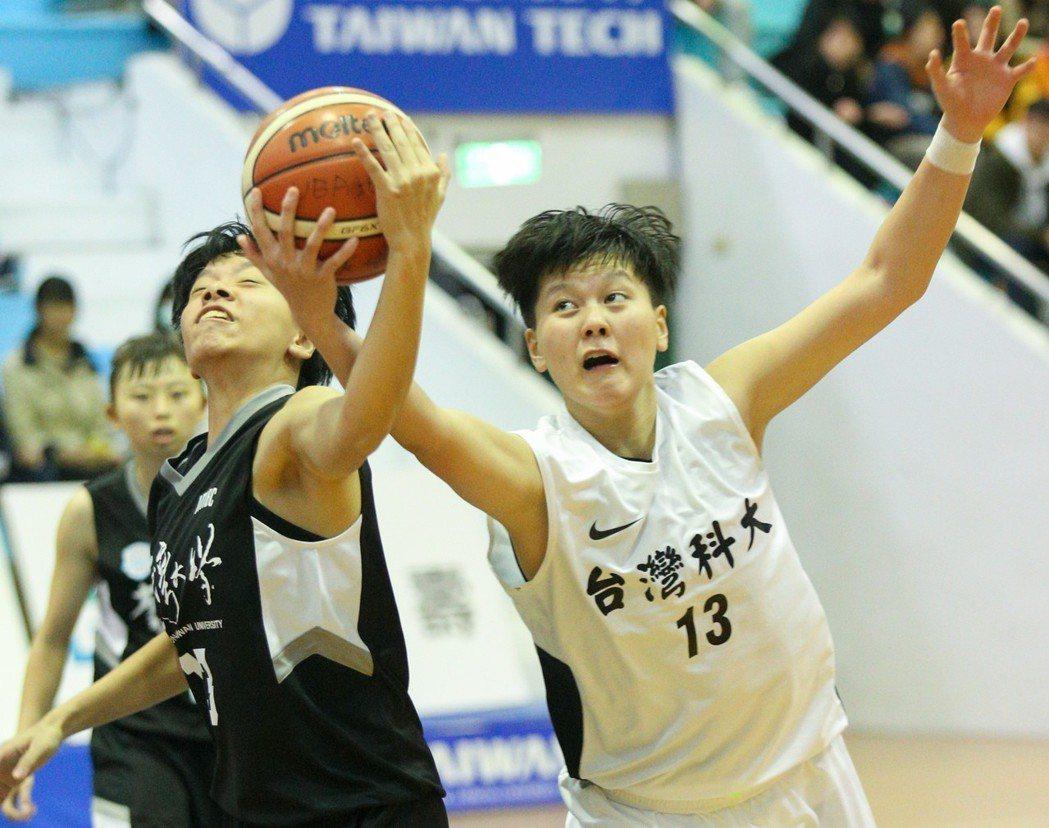 台科大大四球員閔萱翊雖攻下14分、9籃板,卻沒能助隊晉級。 記者林伯東/攝影