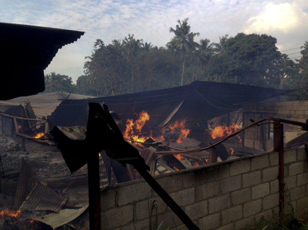 斯里蘭卡康提市近郊一處村落遭縱火,易燃木頭讓火勢迅速擴大。美聯社