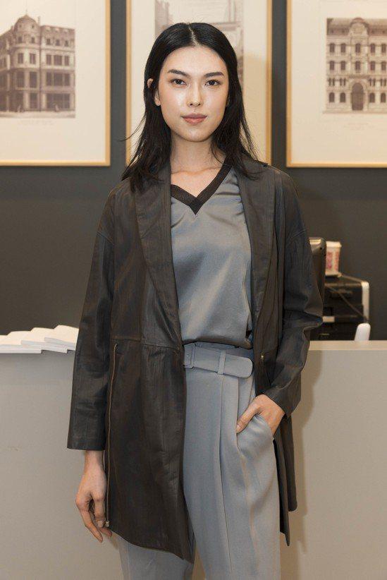王思偉身穿絲質滾邊上衣18,900元、真皮西裝領長外套14萬2,100元、人造絲...