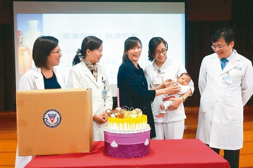 原本被醫生宣告無法懷孕的周小姐(右三),歷經辛苦的排卵刺激療程總算一圓生子夢,昨...