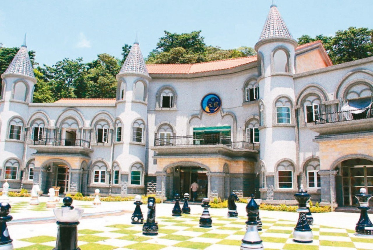埔里元首館走歐式城堡風,廣場上有超大西洋棋盤,吸睛度百分百,是情侶打卡熱點。 本...