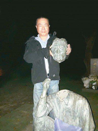 李承龍拿著鋸斷的八田與一銅像頭部自拍。 圖/聯合報系資料照片
