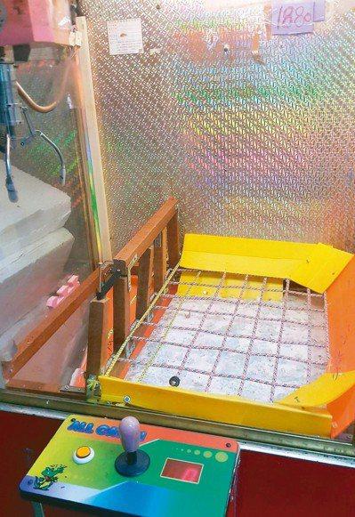 坊間可見夾娃娃機台經改裝在底部設彈跳繩,涉及賭博。 圖/北部讀者提供