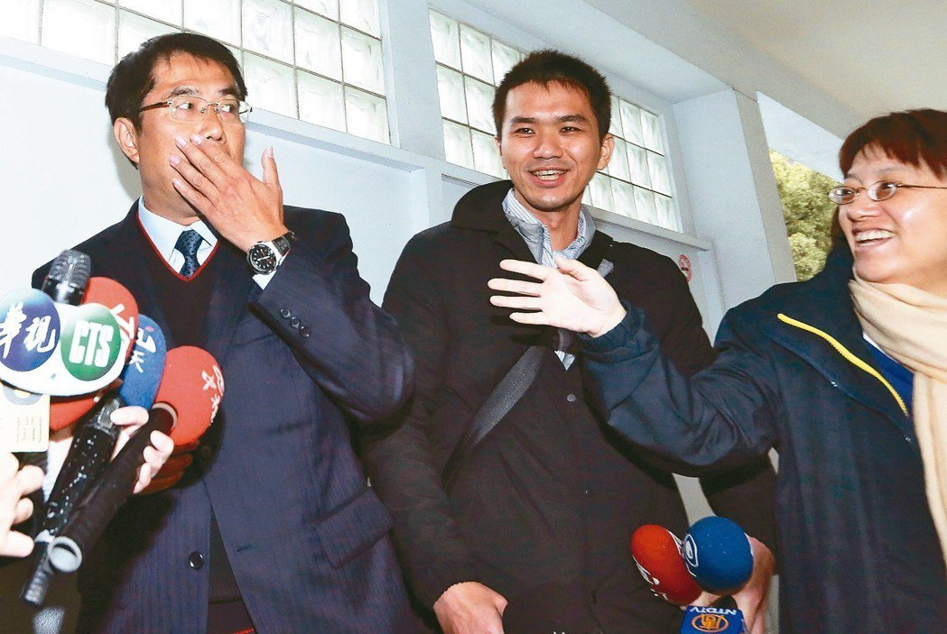 民進黨昨公布台南市長初選民調結果,立委黃偉哲(左)勝出,被問有沒有想到贏那麼多,...