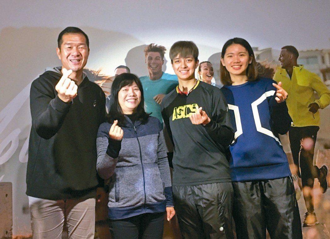 東方介德(左)、陳菀婷(右二)、陳姿雅(右)和亞瑟士總經理謝玉真一同為亞瑟士盃排...