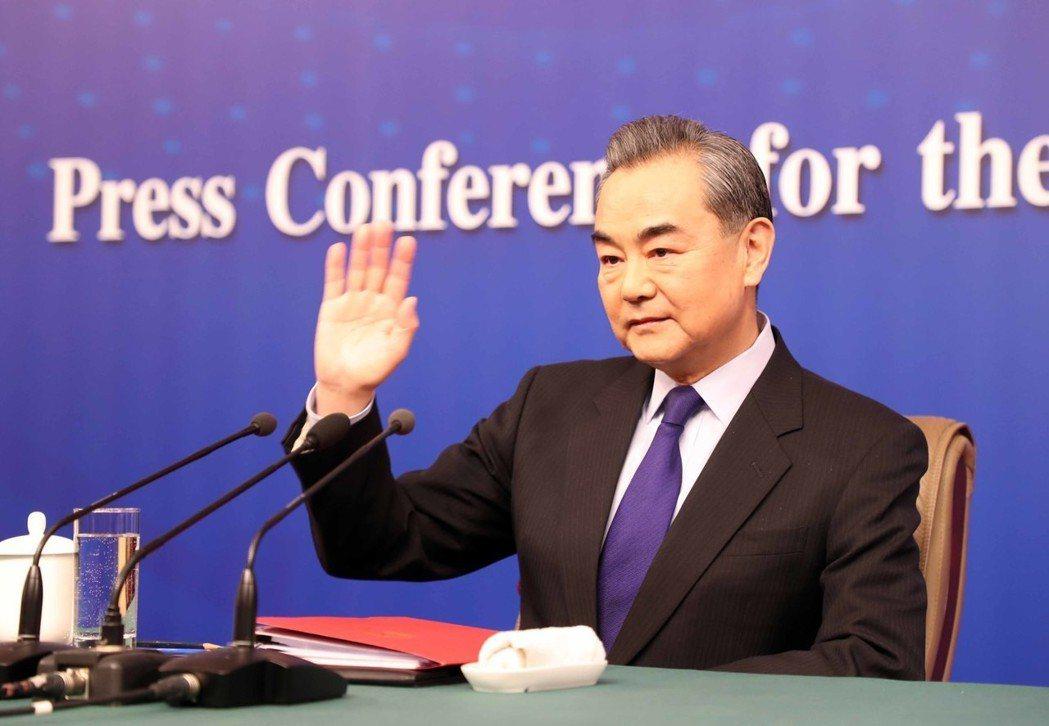 大陸外交部部長王毅八日回答中外記者提問。香港中通社