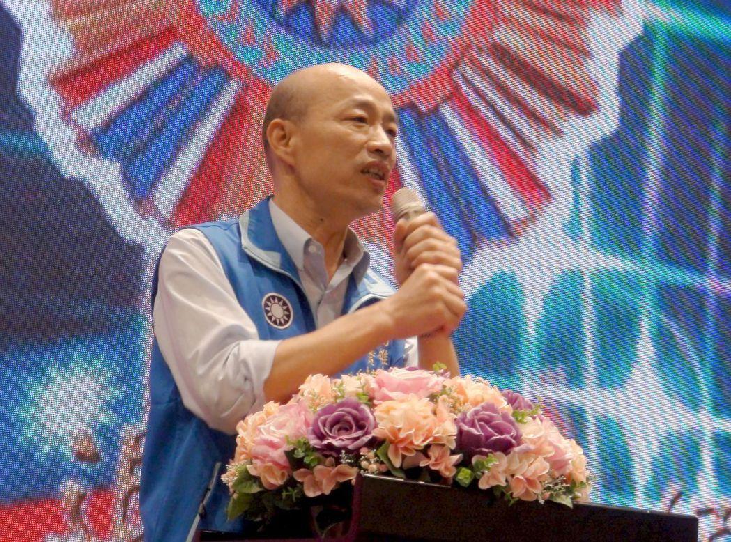 國民黨高雄市黨部主委韓國瑜說,綠軍洋槍洋炮加衛星,自己只有一把「水果刀」,是否選...