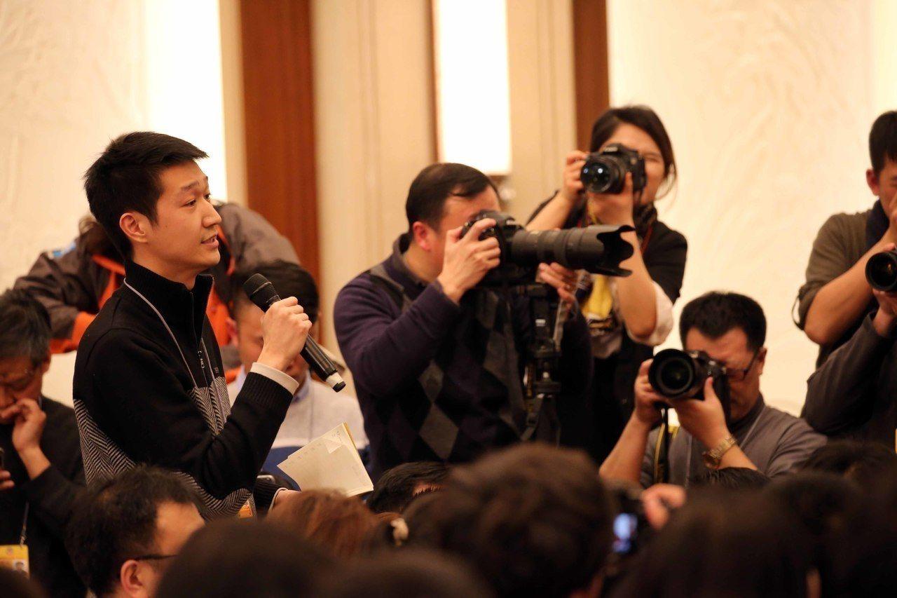 北京人民大會堂新聞發布廳內部。圖為記者二日在政協新聞發布會上提問。香港中通社
