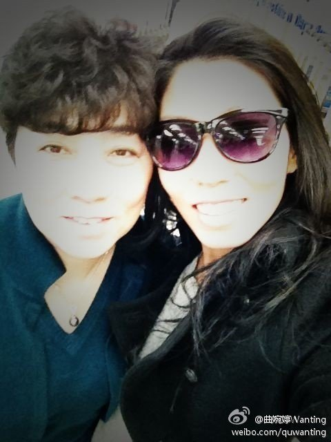曲婉婷與媽媽。圖/擷自微博