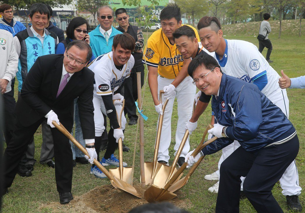中職例行賽將於3月24日開打,職棒球星陽耀勳(左二)、許基宏(左三)、台中市長林...
