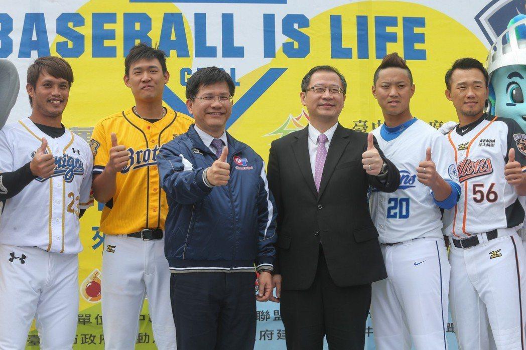 中職例行賽將於3月24日開打,職棒球星陽耀勳(左一)、許基宏(左二)、台中市長林...