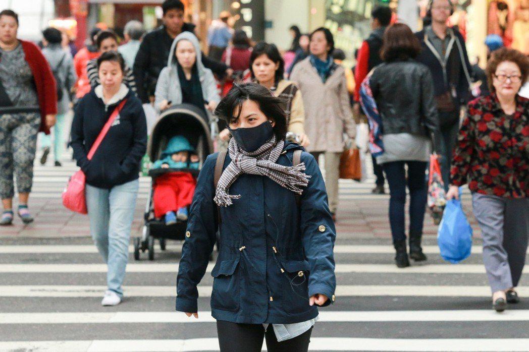 台北氣溫驟降,有心血管疾病及呼吸道疾病的民眾,要注意溫差變化帶來身體上的影響。本...