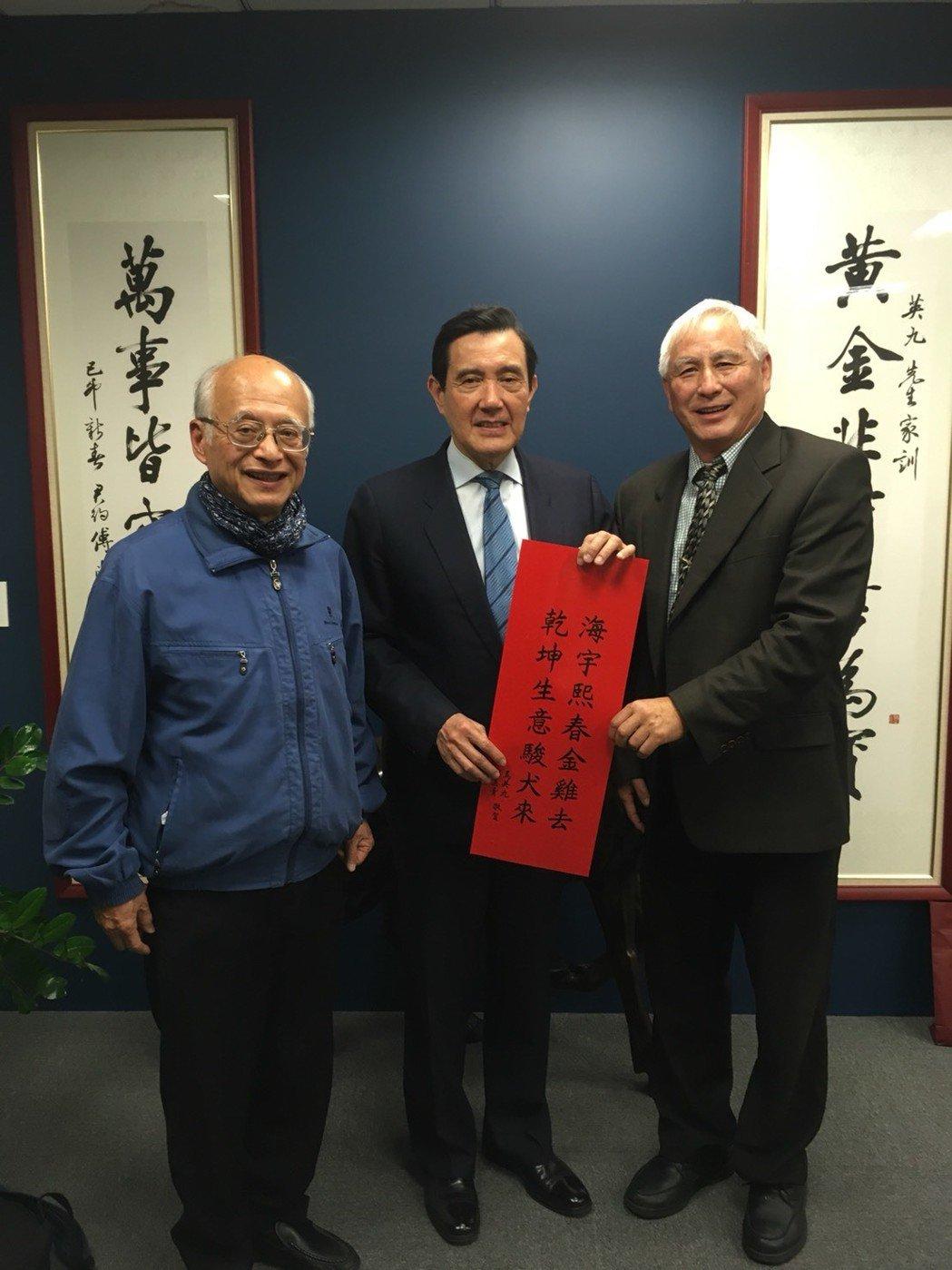 中國大陸異議人士王希哲(右)在台大教授黃光國(左)安排及陪同下,7日下午拜訪馬前...
