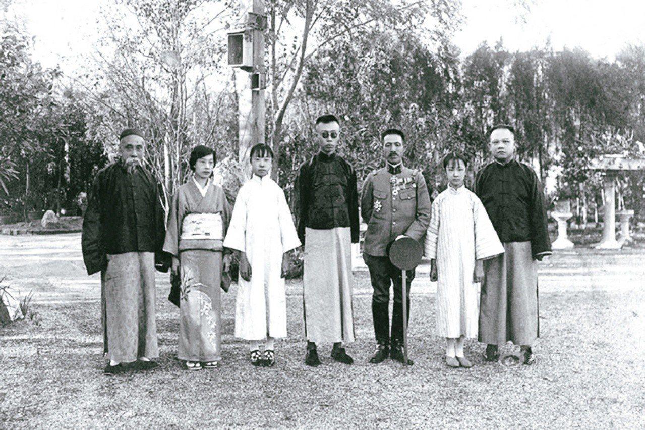 圖一:溥儀(中)與陳寶琛(左一)、竹本大佐(右三)在北京東交民巷的日本公使館合影...