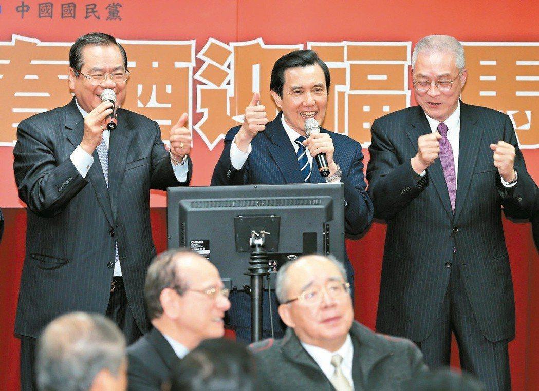 前總統馬英九(中)與前副總統吳敦義(右)等人,高唱「你是我的兄弟」。 圖/聯合報...