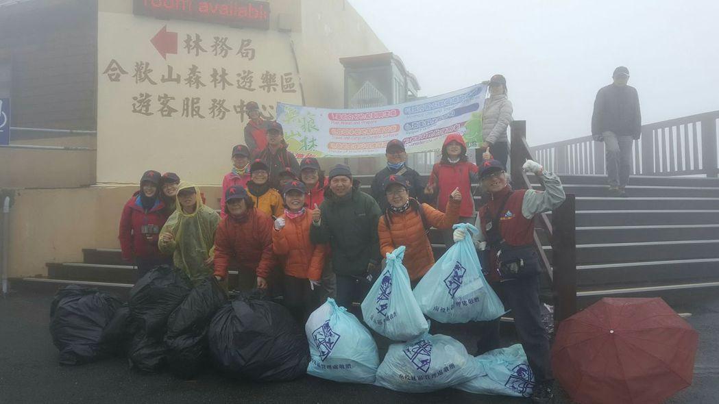 合歡山帶來大批遊客,但製造的垃圾量也相當可觀,志工淨山清出好幾大袋的垃圾。 圖/...