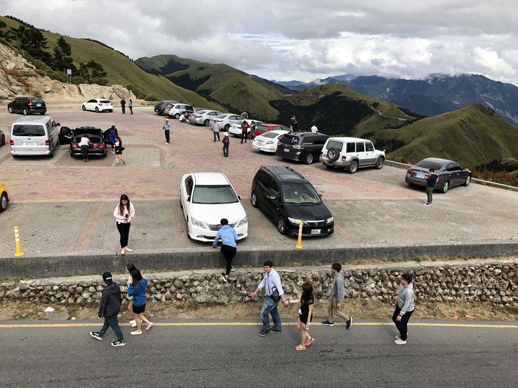 合歡山是知名高山風景區,不論下雪或晴天,武嶺停車場經常停滿大小車輛。 記者江良誠...