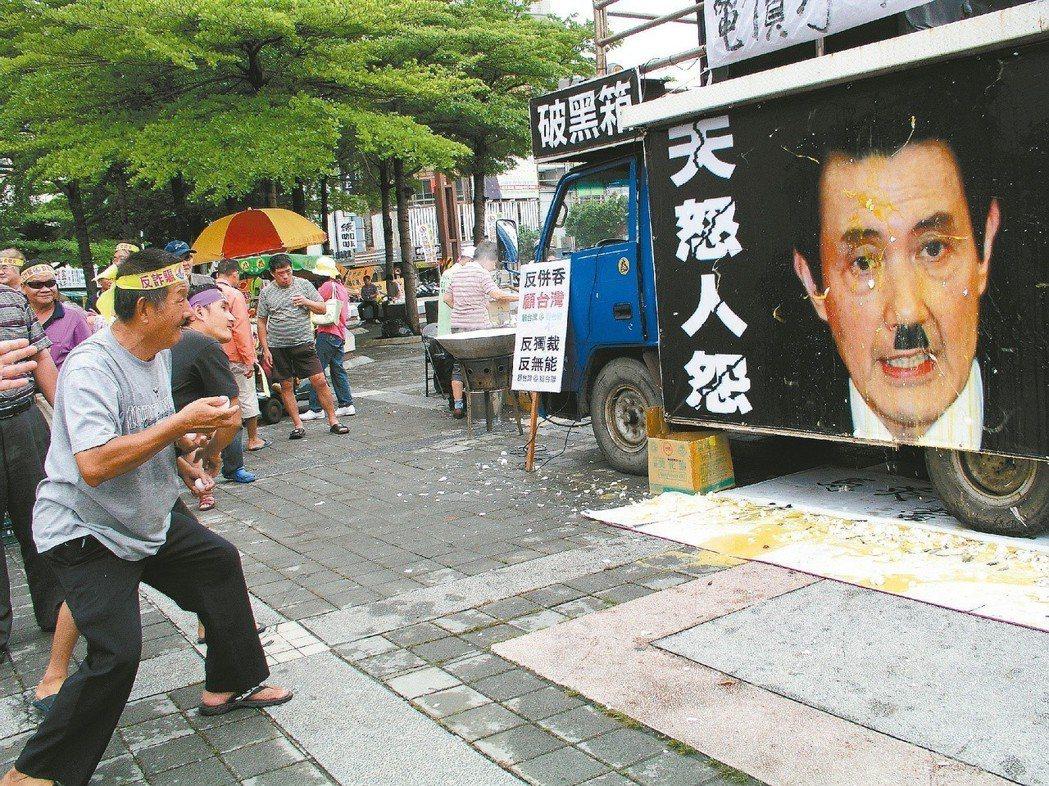 2012年台灣團結聯盟在彰化火車站前廣場,提供雞蛋給民眾丟擲馬英九的照片。 圖/...
