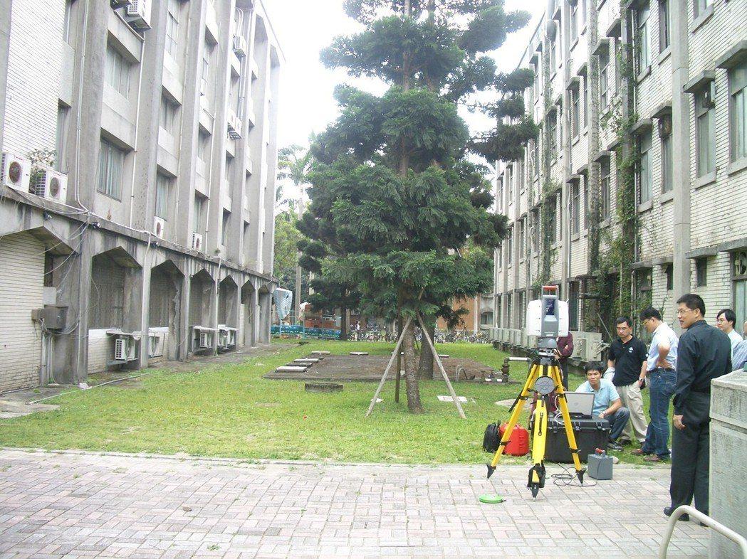 2009年,檢警到台大校園,利用3D雷射掃描儀顯像技術重建陳文成命案現場,尋找破...