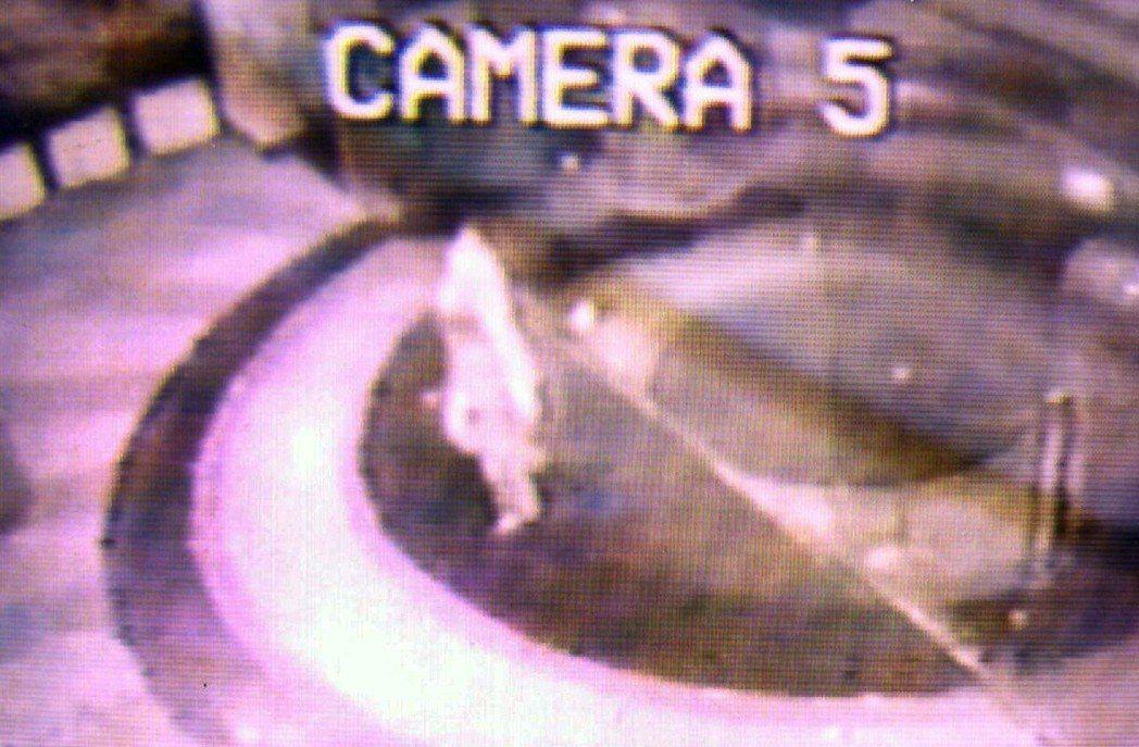 尖美飯店的錄影機在1996年11月30日晚上11時18分,錄下彭婉如離開飯店大廳...