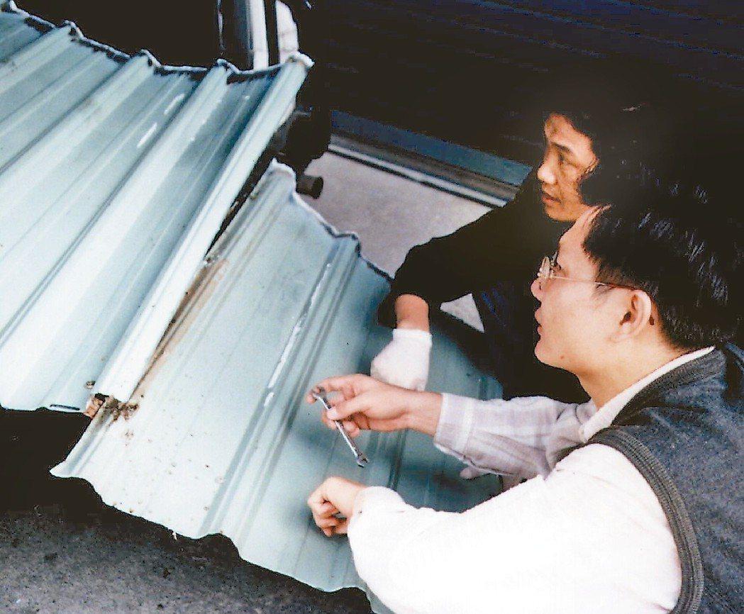1996年,彭婉如命案。圖為當年警方專案小組鑑識人員切割沾有血跡的鐵皮送請化驗的...