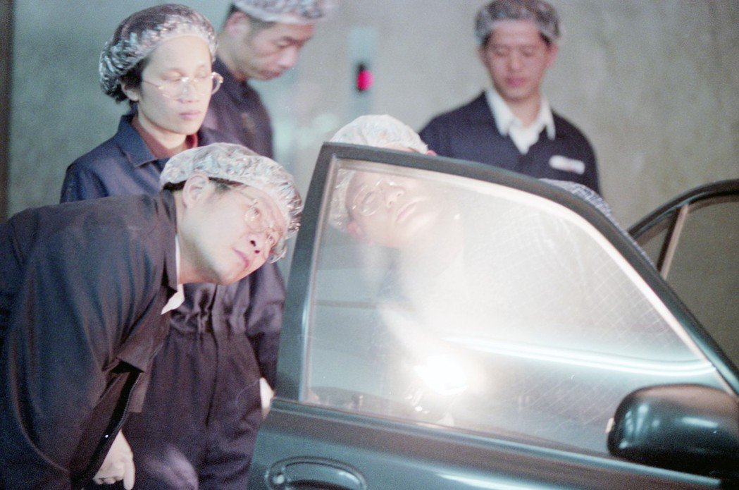 1996年,偵辦桃園縣長劉邦友命案的專案小組,調查嫌犯的轎車。 圖/聯合報系資料...