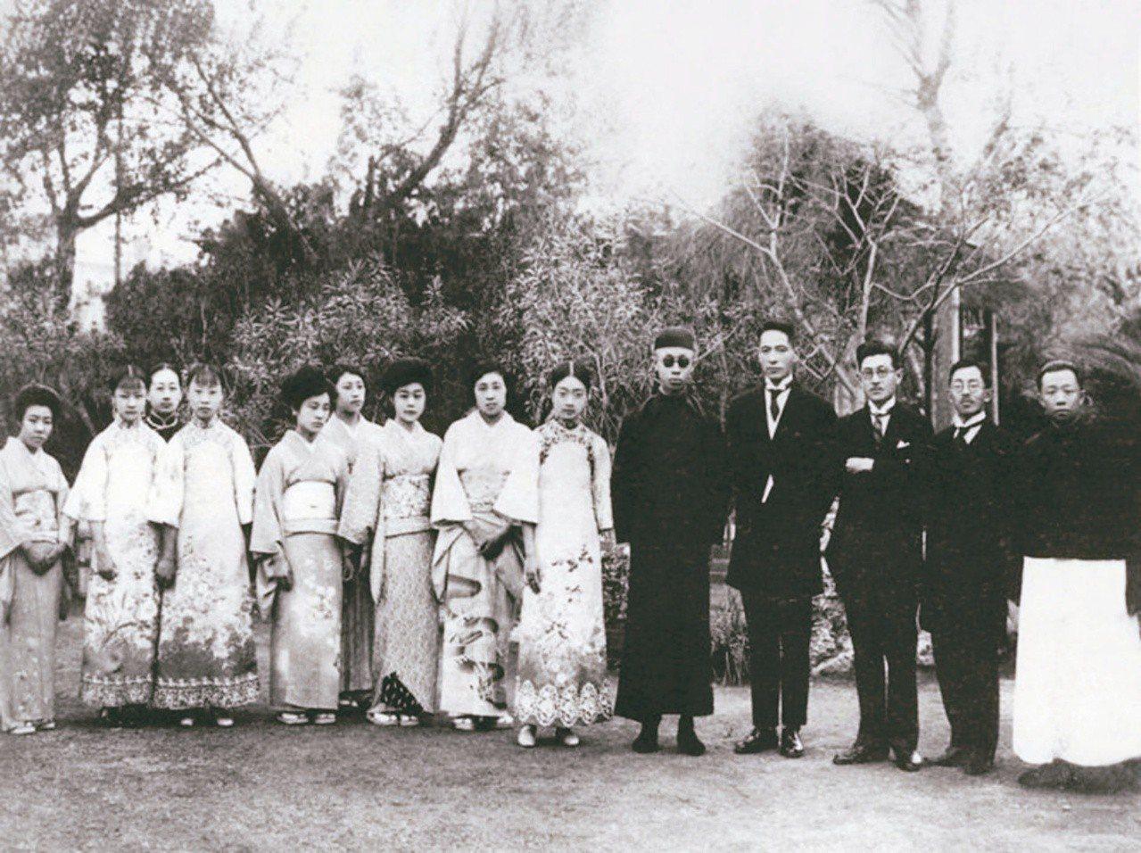 圖四:溥儀家人和天津日本領事館官員及家屬