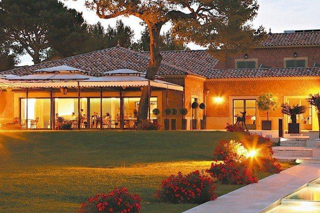 Christophe Bacquié的旅館兼餐廳位在普羅旺斯,環境清幽,也是高爾...
