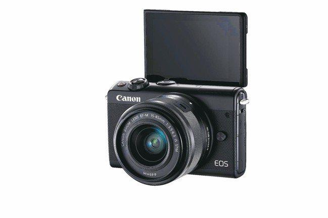 EOS M100配備可上掀180度的3吋104萬點多角度電容觸控式螢幕,不論自拍...