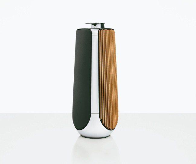 銀色拋光鋁質表面與溫暖的橡木罩板薄片,異材質組合,滿足視覺與居家設計美學感受。 ...