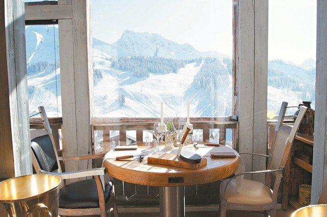 La Maison des Bois餐廳眺望雪山。 圖/謝忠道