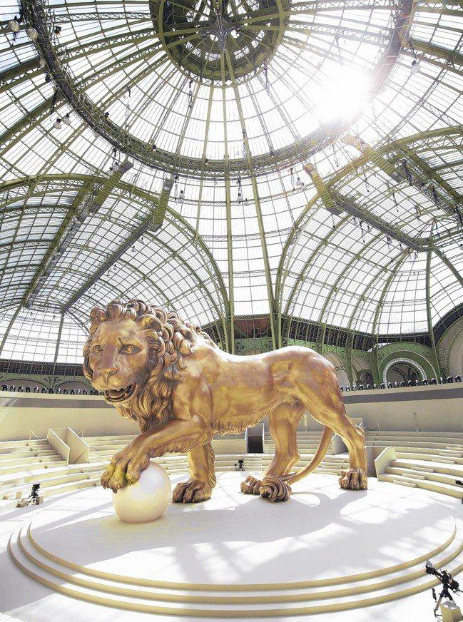 巴黎大皇宮的正廳曾經裝置著香奈兒外套與鍾情的獅子雕像。 圖/香奈兒提供