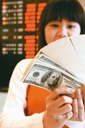 中信銀行理財調查發現,多數受訪者有投資理財規畫,以基金、股票、外幣最熱門。 報系...