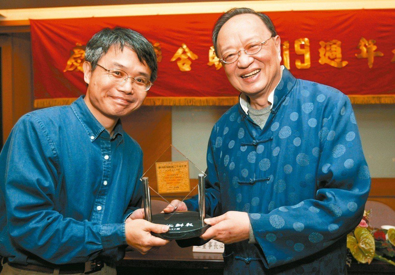 彭淮棟(左)曾在聯合報系擔任編譯30年。 圖/聯合報系資料照片
